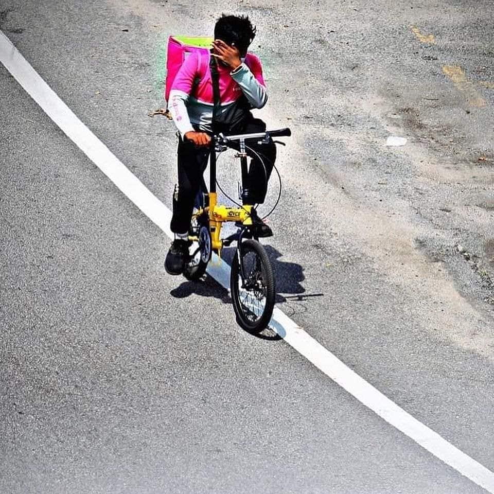 ชายหนุ่ม ปั่นจักรยาน ส่งอาหารให้ลูกค้า