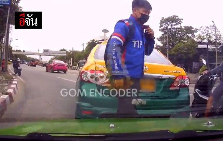 หนุ่มคนหนึ่ง จอดรถมอเตอร์ไซค์ข้างถนน แล้วรีบวิ่งเข้ามาคลี่คลายเหตุการณ์