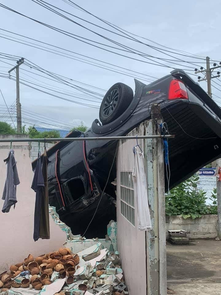รถกระบะพุ่งเข้าบ้าน หงายท้องนานนับเดือน