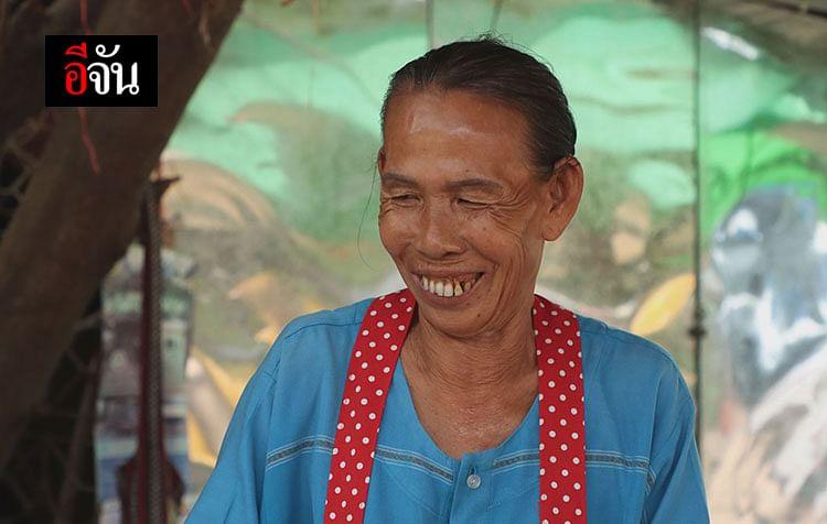 แม่ค้ายิ้มหวาน นานๆ ได้เห็นรอยยิ้ม แม่ค้าขาย ข้าวพันไม้