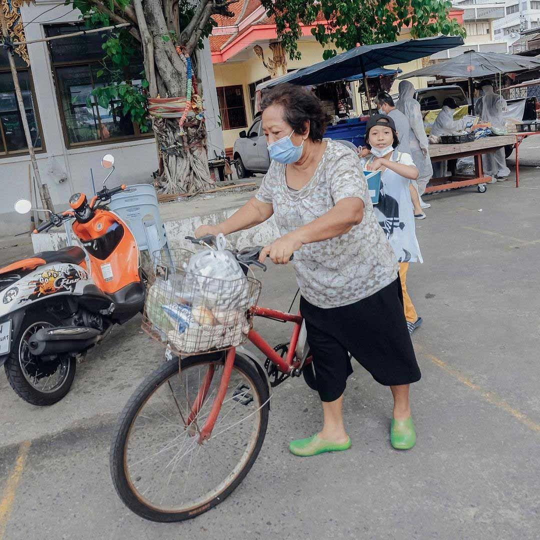 ชาวบ้านในชุมชน ที่ได้รับของ จากรถพุ่มพวง