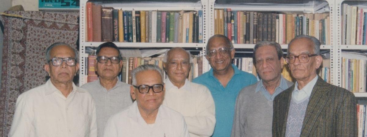 ಮಿತ್ರರೊಡನೆ ಪ್ರೊ. ಜೆಆರ್ಎಲ್