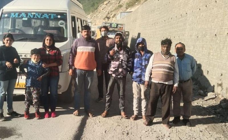mp supriya sule helps to tourists