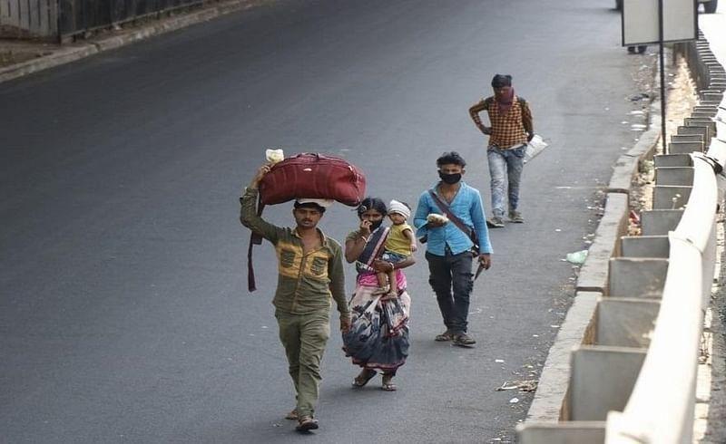 कोकण : लॉकडाउनच्या धास्तीने परप्रांतीयांनी धरली गावची वाट
