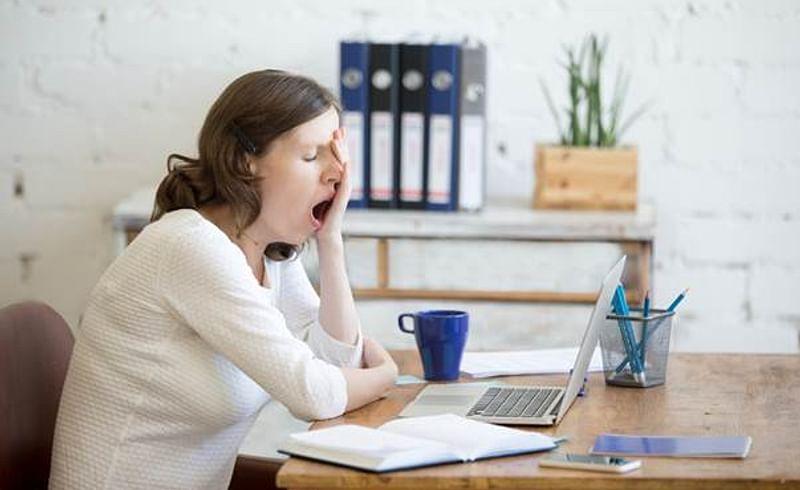 ऑफिसमध्ये रोज झोप येते? जाणून घ्या त्यामागची खरी कारणं