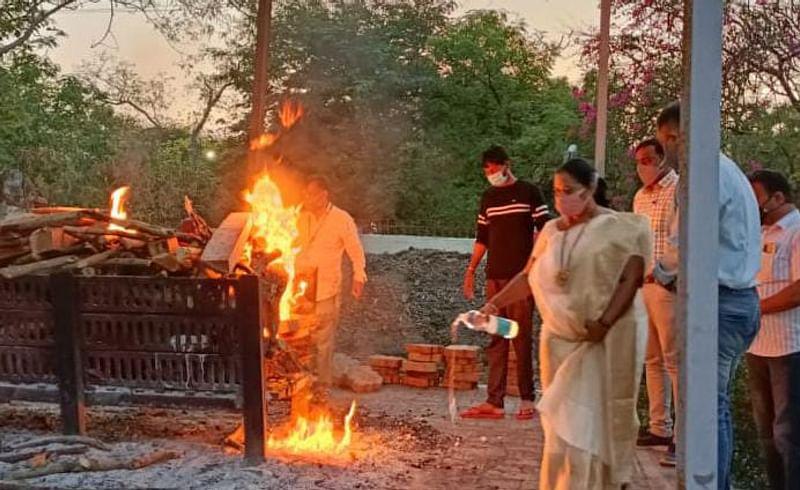 Parner tehsildar cremated the old man
