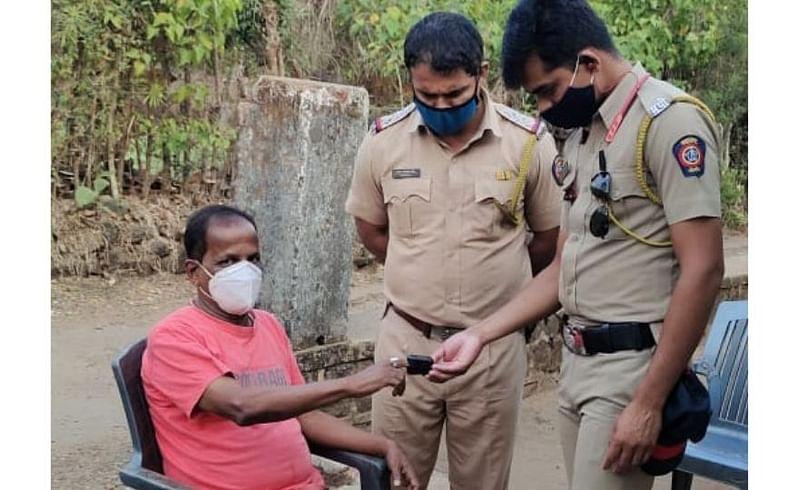 नागरिकांच्या 'आरोग्या'साठी खाकी आली धावून; पोलिसांनी वेळासला घेतलं 'दत्तक'!