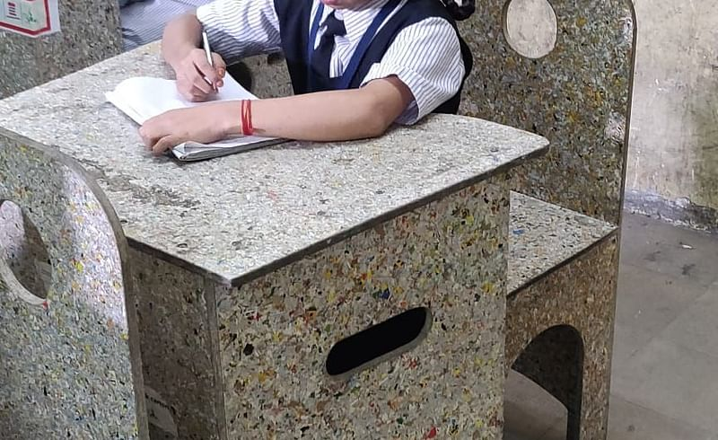 टाकाऊपासून टिकाऊ! वापरलेल्या टेट्रा पॅकपासून तयार होणार शाळेतील बेंच