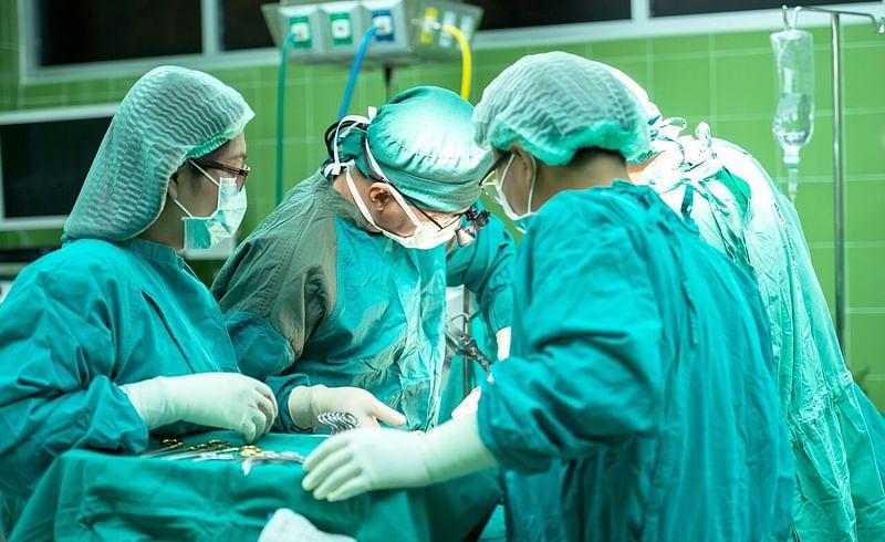 गर्भाच्या आकाराचा गोळा शस्त्रक्रियाद्वारे काढला, महिलेस मिळाले जीवदान