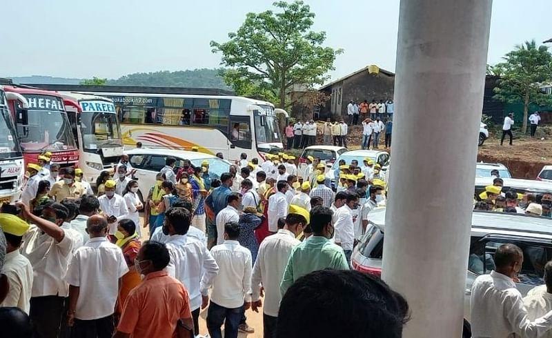 Gokul Election: आराम गाडीतून मतदारांचे 'ऐटित' मतदान; राधानगरीत मुश्रीफ, मंडलिकांना जबरदस्त प्रतिसाद