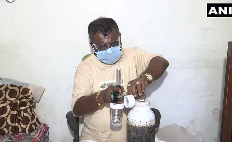 पत्नीचे दागिने गहाण ठेवून कोरोनाग्रस्तांना  पुरवतोय मोफत ऑक्सिजन