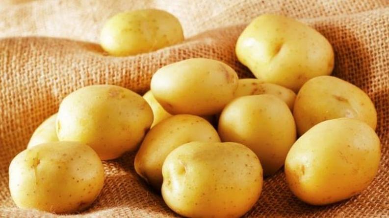 बटाटा- बटाट्याचा तुकडा अथवा त्याची पेस्ट चामखीळीच्या भागावर लावा. दिवसातून दोन वेळा हा प्रयोग करा.