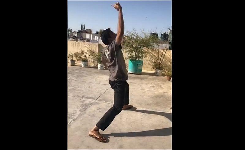 lockdown tiktok video of single player playing cricket