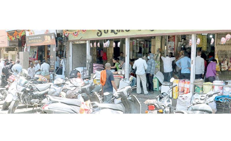 पिंपरी - नागरिकांनी शनिवारी किराणा दुकानांमध्ये साहित्य खरेदीसाठी केलेली गर्दी.