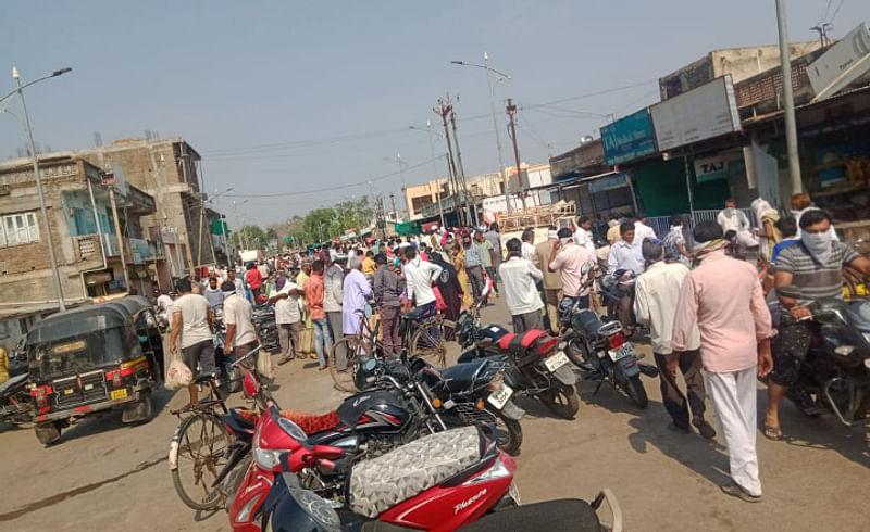 Loot into a curfew at Akola