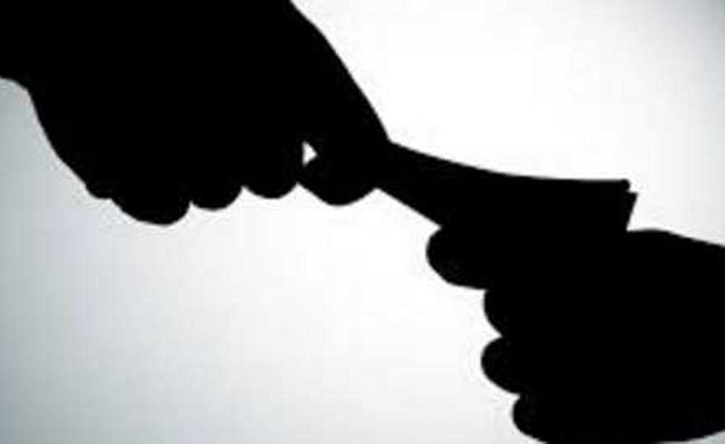 सातारा : आरोपी न करण्यासाठी फाैजदार अडकला लाखाेंच्या माेहात