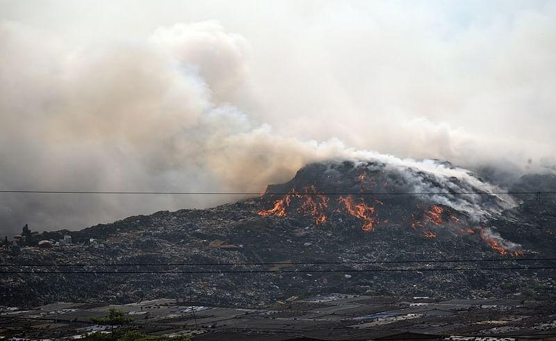ठाणे ः दिवा डम्पिंग ग्राऊंडला मंगळवारी सकाळी पुन्हा एकदा भीषण आग लागल्याने परिसर धुराने भरून गेला होता. वारंवार होणाऱ्या या घटनांमुळे दिवावासीय हैराण झाले आहेत.(छायाचित्र : दीपक कुरकुंडे)