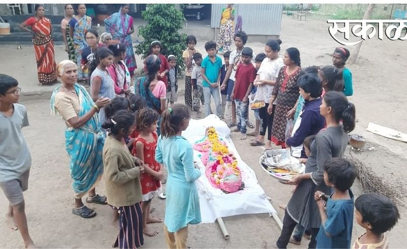 children did last rights of homeless Old woman in Nagpur