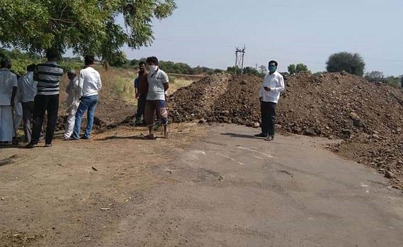 तुळजापूर : तालुक्यातील खडकी, धोत्री येथील ग्रामस्थांनी सोलापूरकडे जाणारा रस्ता वडजीजवळ अडवला.