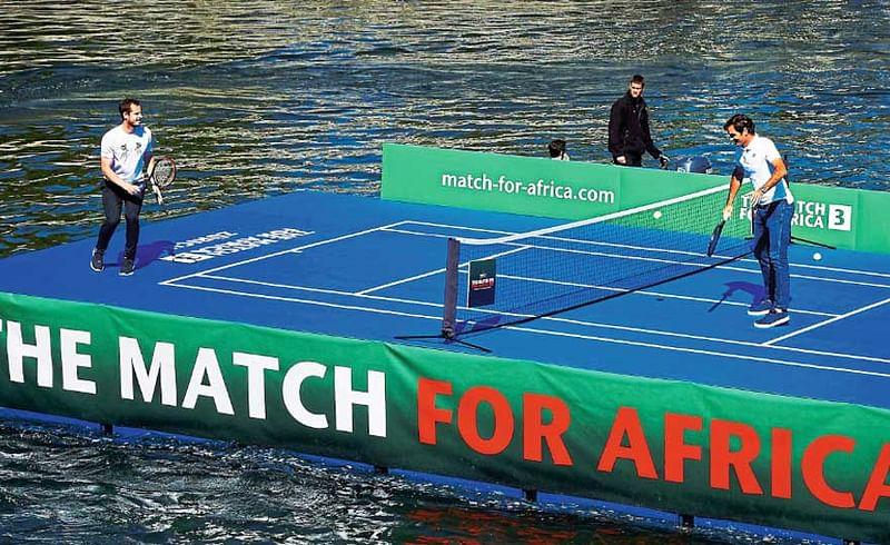 झ्युरीक - रॉजर फेडरर आणि अँडी मरे यांनी लिम्मट नदीवर तराफ्यावर खास उभारण्यात आलेल्या कोर्टवर प्रदर्शनी टेनिस सामन्यात भाग घेतला.