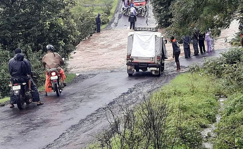 भुडकेवाडी : पुलावरून पाणी वाहण्यामुळे विस्कळित झालेली वाहतूक व अडकलेले लोक. (संग्रहित छायाचित्र)