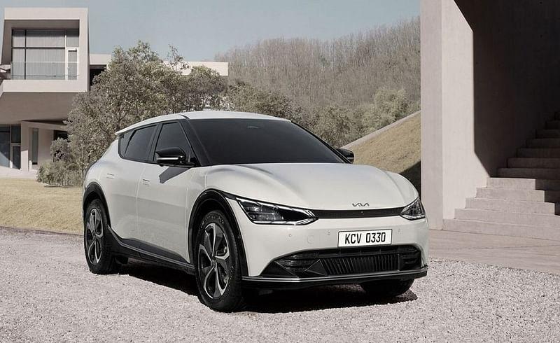 30 मार्च रोजी कंपनीने जागतिक स्तरावर आपली नवीन इलेक्ट्रिक क्रॉसओवर Kia EV6 सादर केली. कंपनीने आपल्या अधिकृत वेबसाइटवर या कारची बुकिंगही सुरू केली आहे.