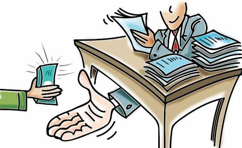 Akola Sangrampur News Tehsildars video while taking bribe went viral, Commissioner slaps him