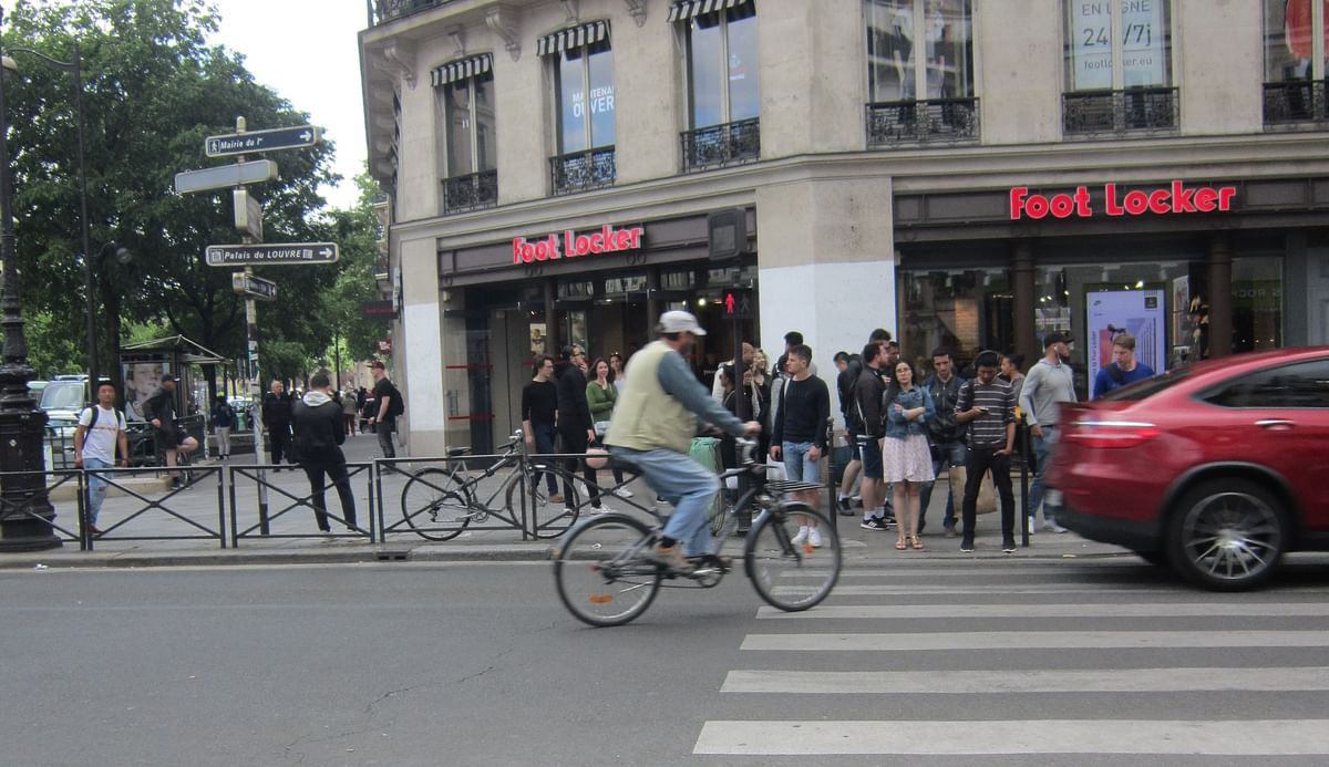 Crowded yet civilized streets of Paris