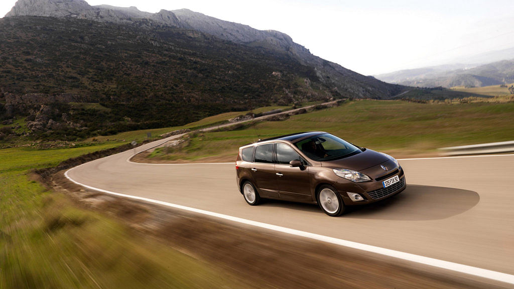 Discovering the western motoring etiquette from countryside France