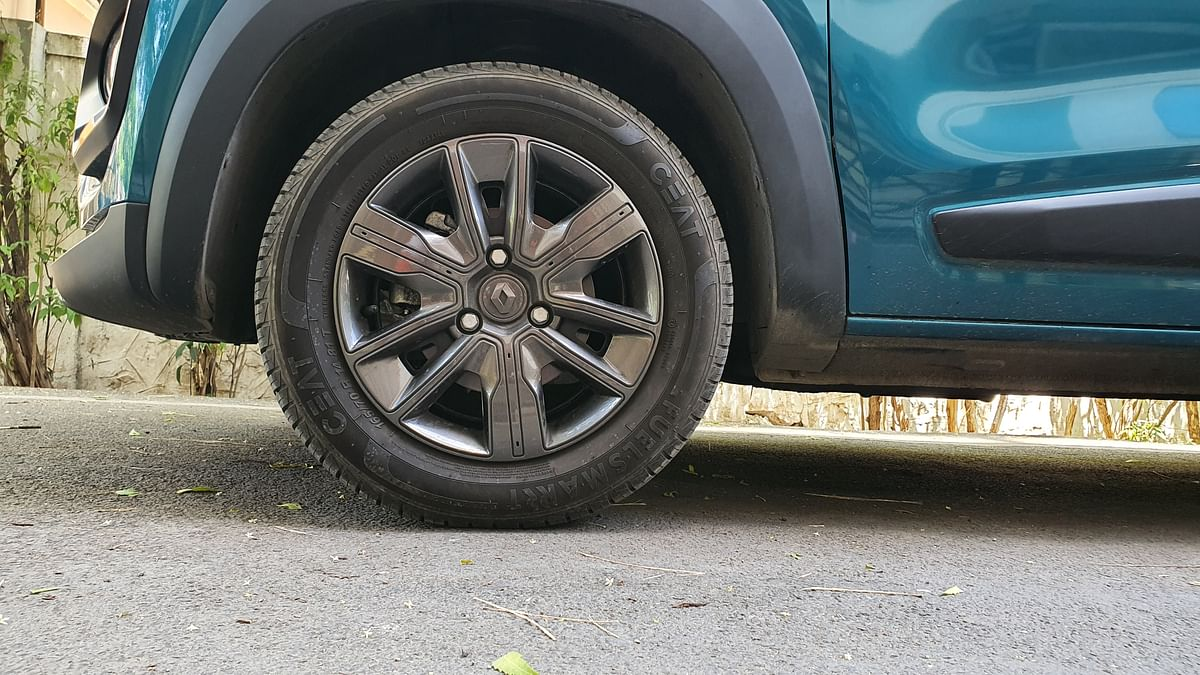 The wheel covers on the Kwid (neither get alloys) in their gun-metal gray finish stand out as well.