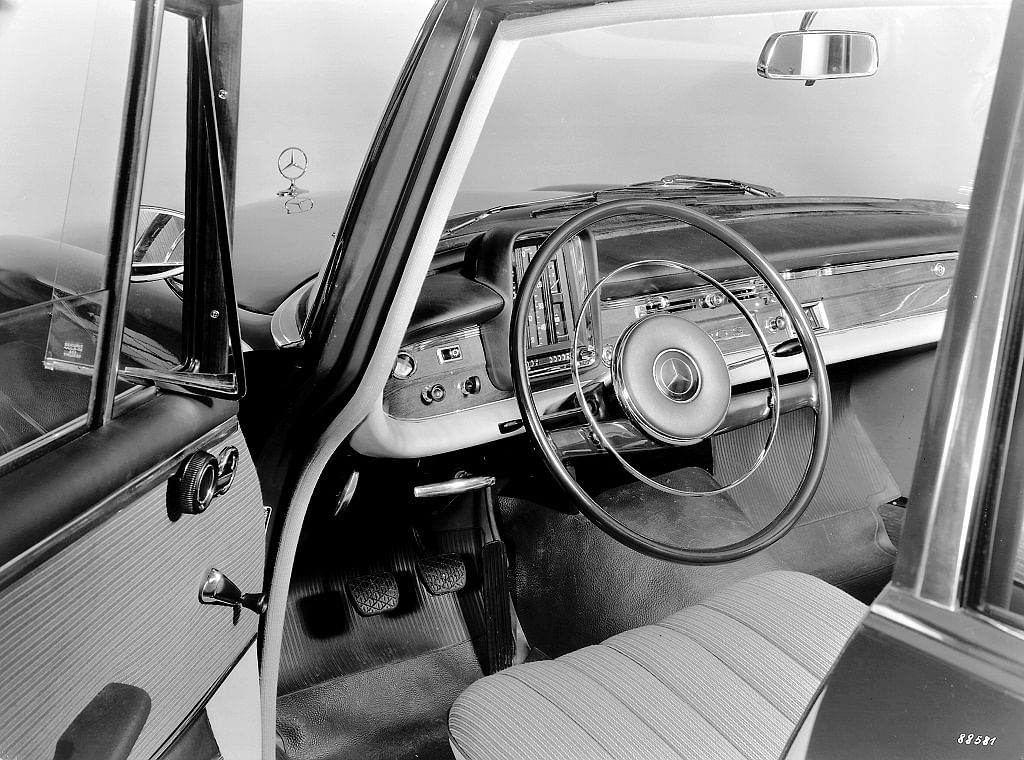 1959: Steering wheel with impact plate and lever for indicator and headlight flasher