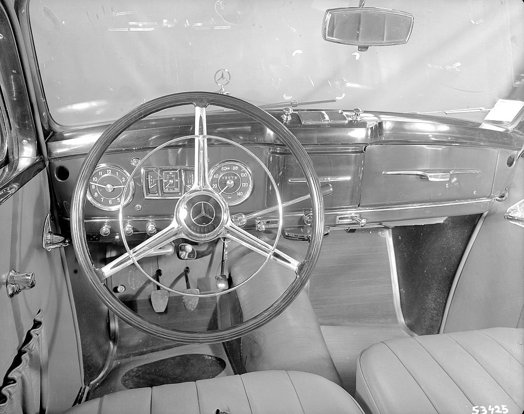 1949: The horn ring also actuates the indicator