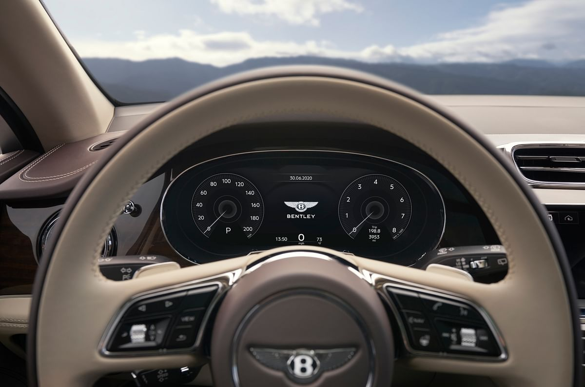 The cluster also features a configurable head-up display