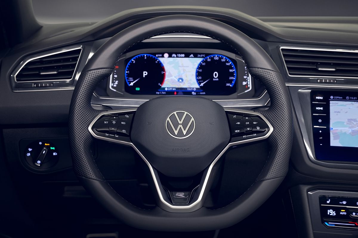 Multi-function steering wheel, and the fully TFT cluster...