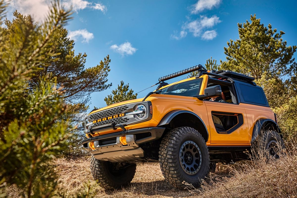 Trail sights on the fenders serve as tie-downs, reminiscent of the first-generation Bronco