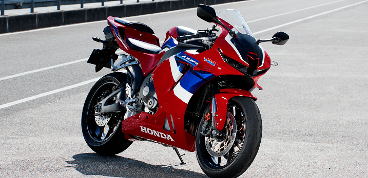 The aggressive front end on the 600 looks eerily similar to the 1000RR