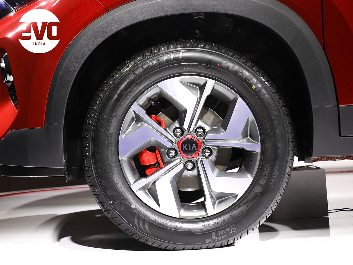 16-inch wheels with red accents on the GT Line