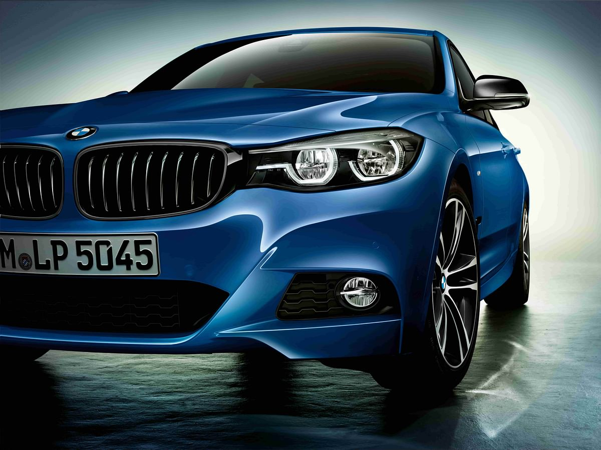 Blacked-out grille and headlamp surround lends it a slightly more aggressive front-end