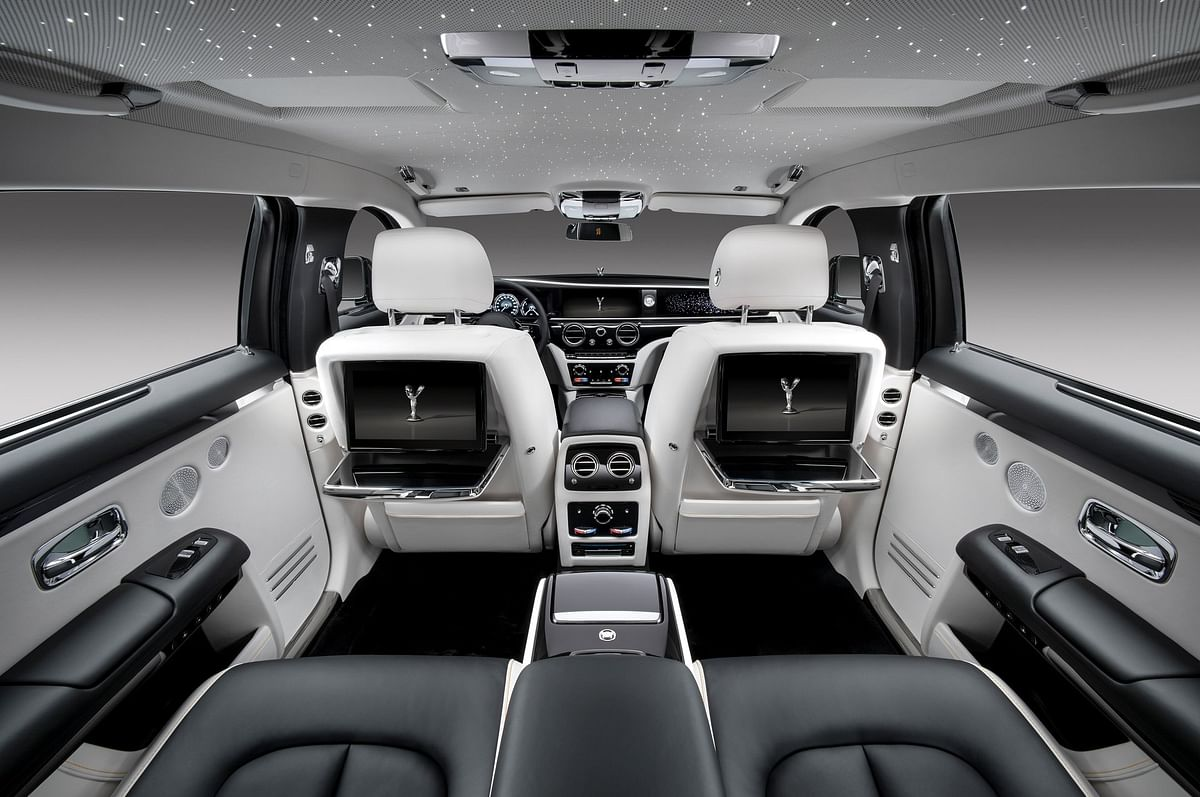 Stretching the wheelbase definitely increases space inside the cabin, particularly in the back-seat
