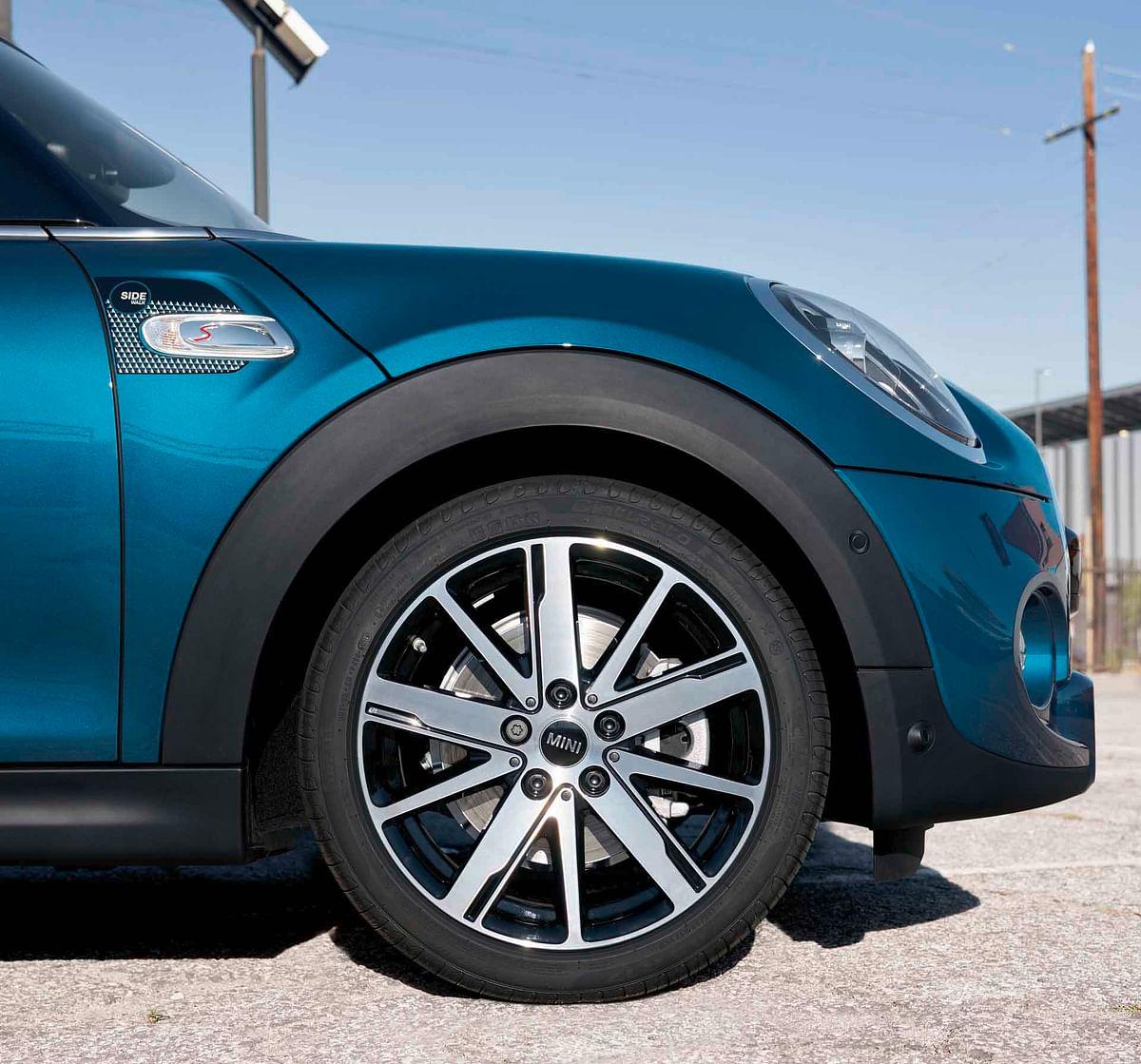 17-inch scissor-spoke alloy wheels
