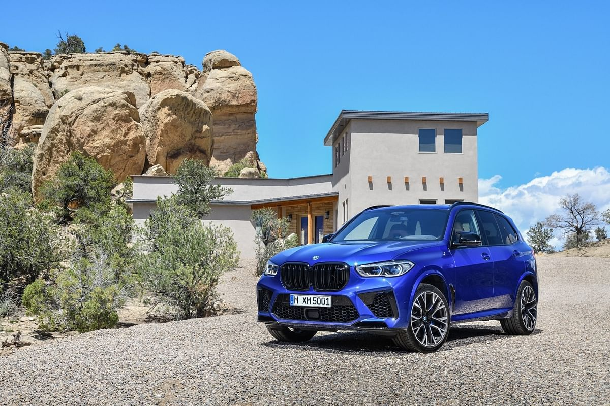 The new bumper with the larger air intakes and the blacked-out kidney grille gives BMW X5 M Competition a very sporty look