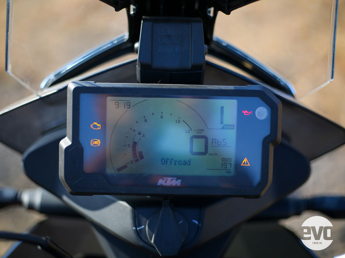 The TFT instrument cluster is replaced by a LCD screen now
