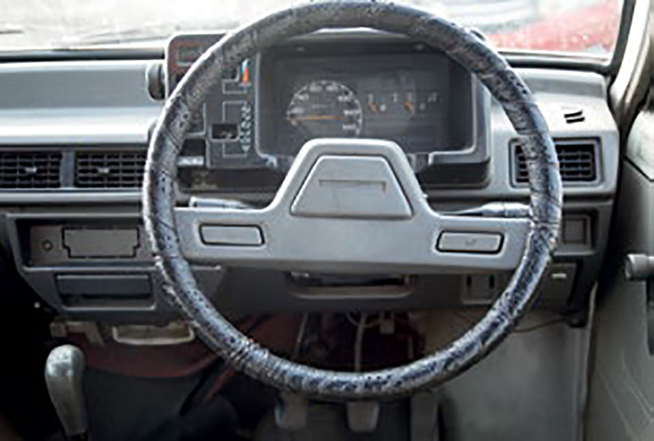 Massive speedo dominates the cluster; no central horn button, had to be operated via the thumbs instead
