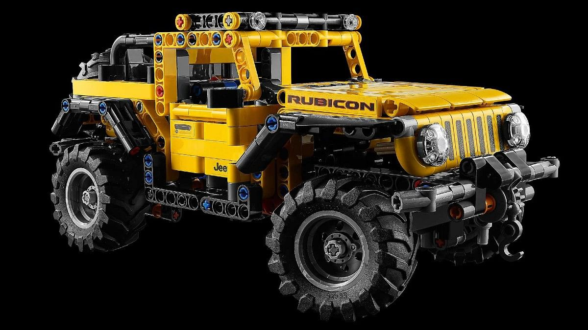 LEGO Jeep Wrangler has a working steering and axle articulation