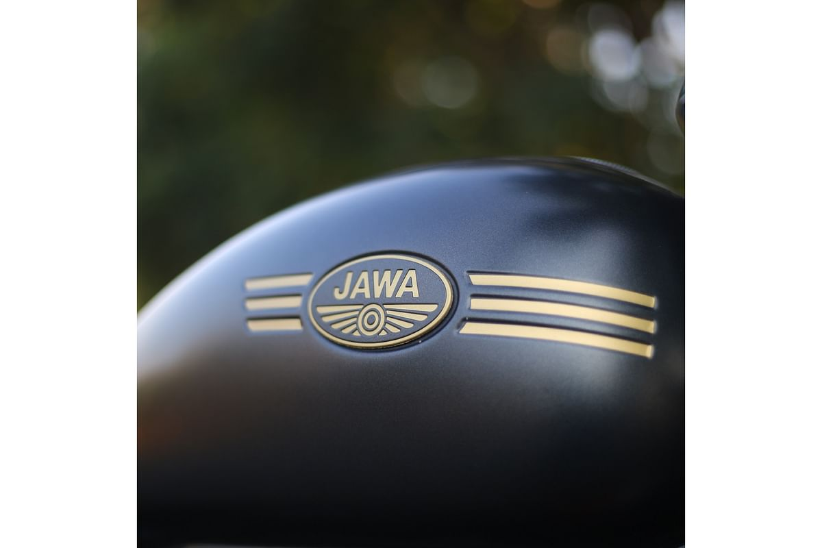 A nicely sculpted tank with Jawa witten in golden colour