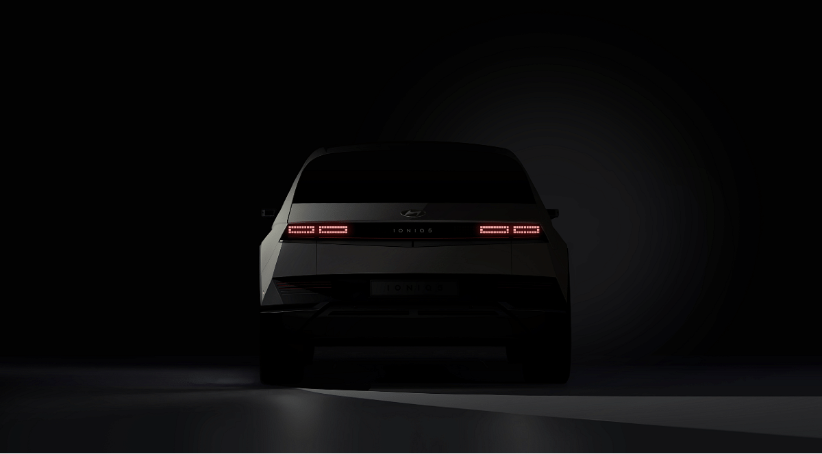 The tail lights of the Ioniq 5 feature the same 256-pixel design