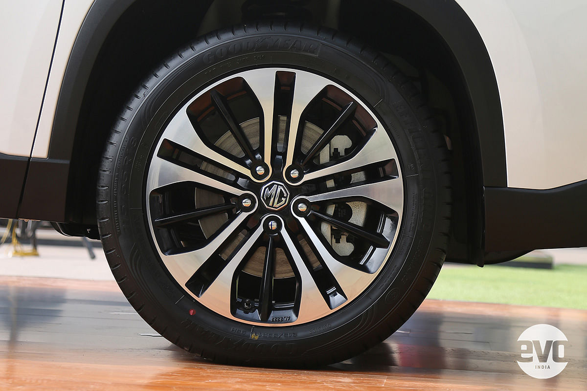 The 18-inch rims are more proportionate for the Hector's size