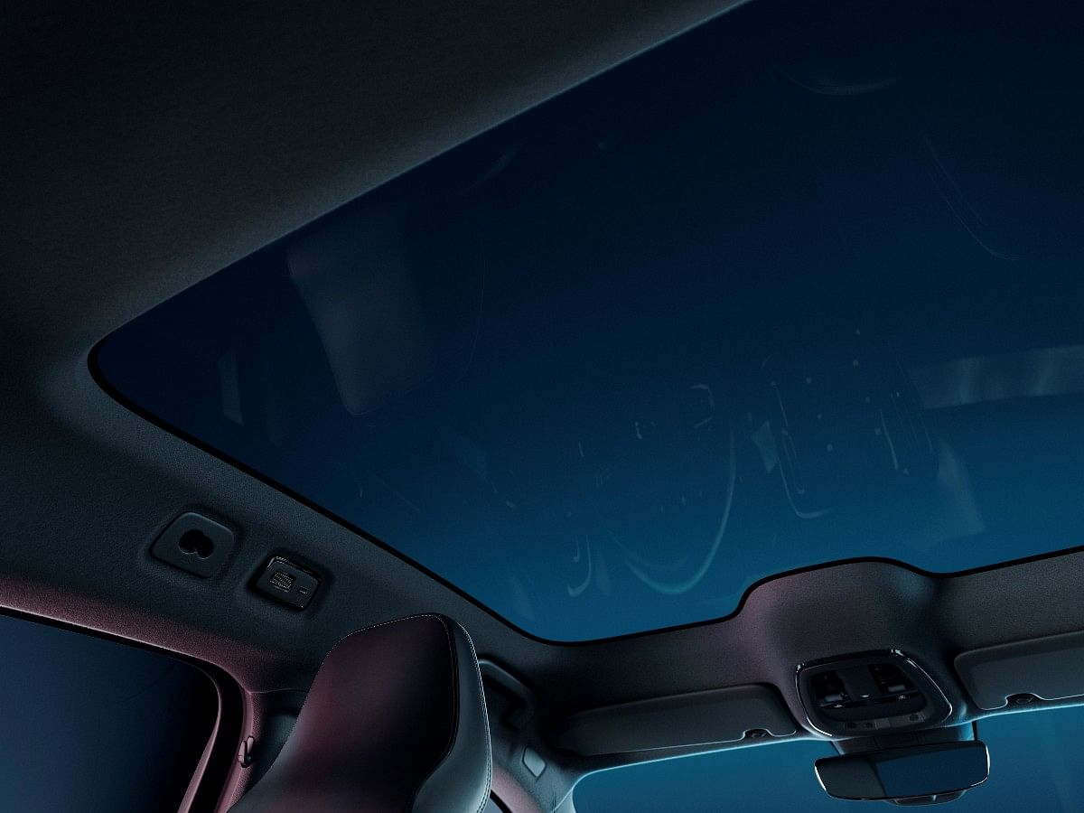 The Volvo C40 get a half-length glass roof