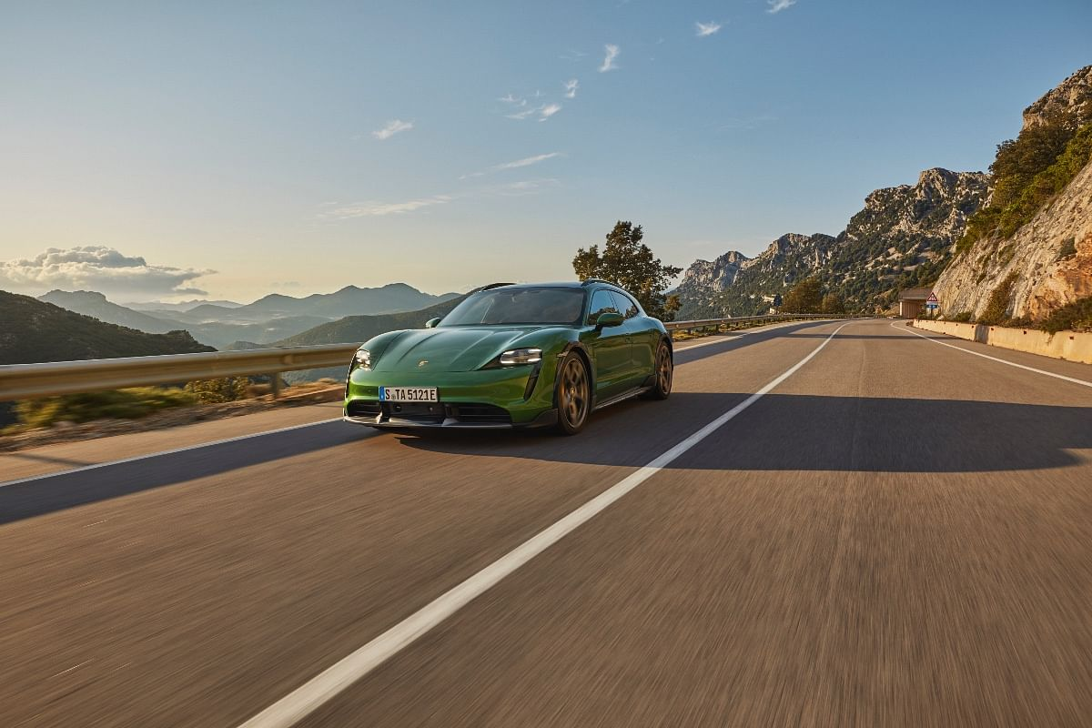 The Porsche Taycan Cross Turismo automatically lowers the ride height at high speeds, to reduce drag