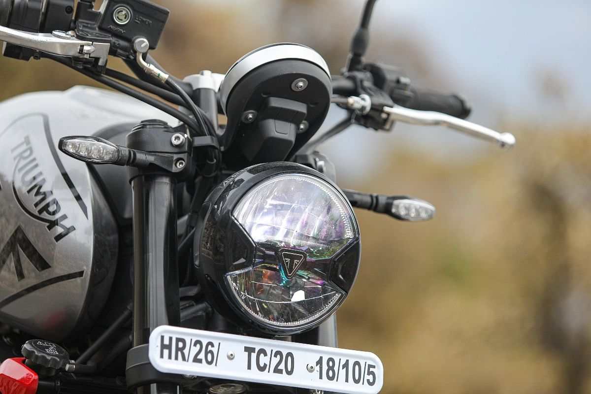 The Trident 660 gets the Triumph logo embedded on the centre of the headlamp similar to the Bonneville range